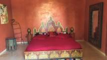 chambre tadelakt rouge et lit zouaké