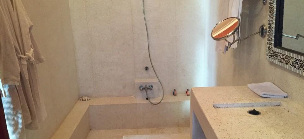 salle de bain en tadelakt evier en granito