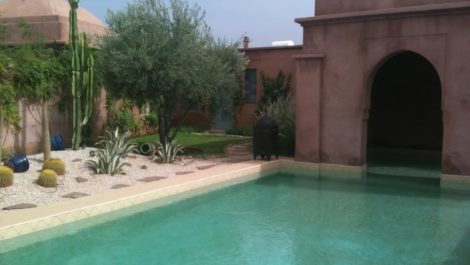 Charmante villa de plain-pied nichée dans un jardin luxuriant