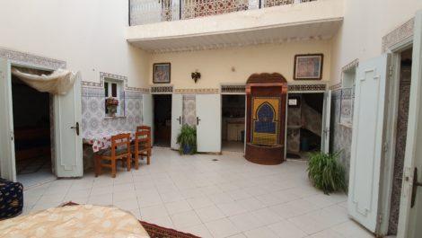 Marrakech : Riad à rénover, voiture devant la porte