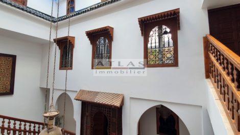 Marrakech : Riad dans résidence avec piscine et commerces en bordure de médina